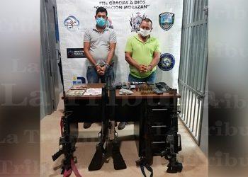 Caen dos hombres en posesión de varias armas de fuego municiones y dinero en efectivo