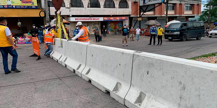 Con las barreras de cemento, se podrá controlar el ingreso a este centro de abastos.