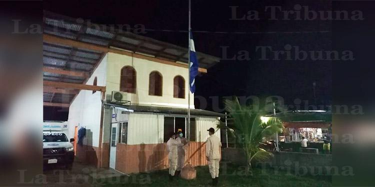 Bomberos rinden tributo a compañero caído por COVID-19