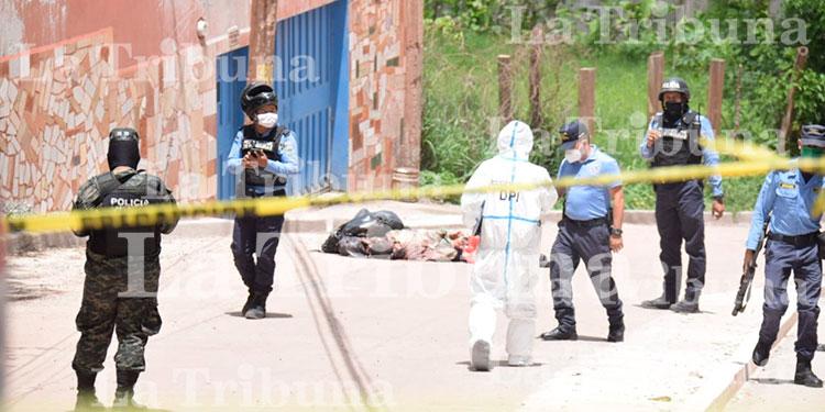 Encuentran tres cadáveres encostalados en la colonia La Era (Video)