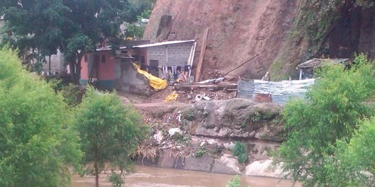 En la parte de abajo de Altos del Pedregal está el sector conocido como la Ribera del Rio, donde hay varias familias en peligro de ser soterradas por un alud.