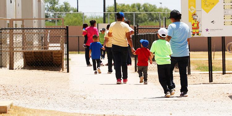EEUU: Jueza ordena liberar a niños migrantes detenidos