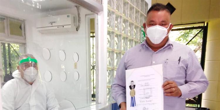 Las entregas de los títulos se realizaron desde el pasado miércoles, tomando en cuenta las medidas de bioseguridad requeridas para prevenir contagio del COVID-19.