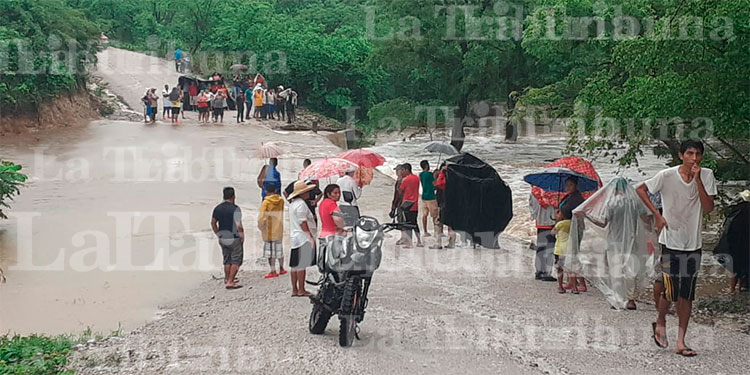Río arrastra vehículo y deja dos personas muertas en Langue, Valle