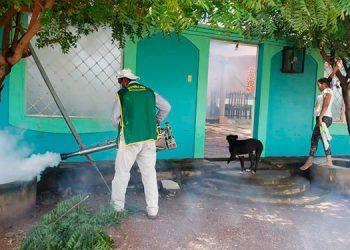 Las fumigaciones se hacen de casa en casa en diversos sectores del municipio.