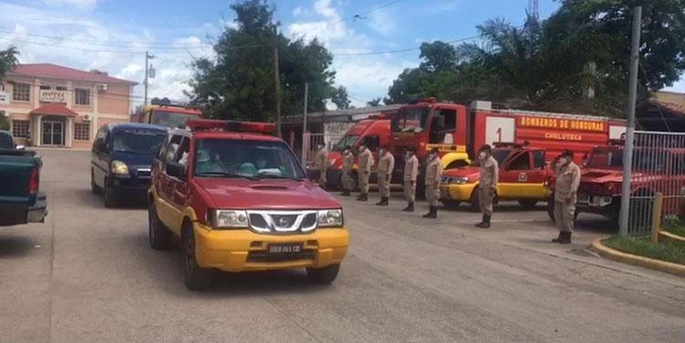 """Los compañeros de """"Quilo"""" le dieron el último adiós en la Central de Bomberos de la ciudad de Choluteca."""