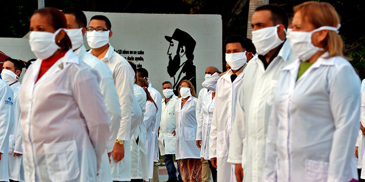 Cuba envía más de 300 sanitarios a Kuwait y Guinea para combatir el COVID-19