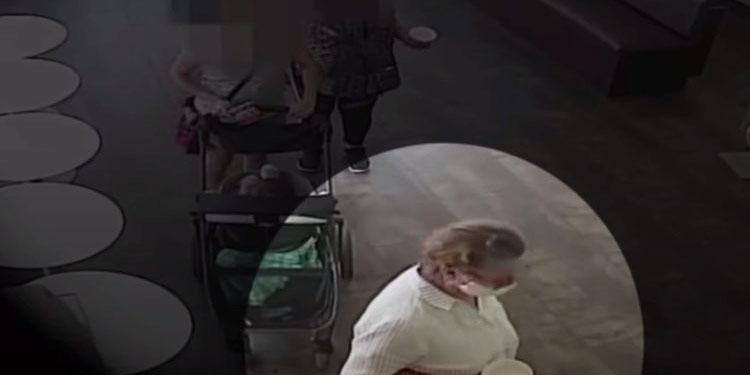 Mujer se quitó la mascarilla y tosió sobre un bebé de origen hispano, luego de una discusión (Video)