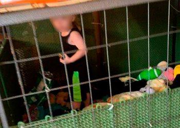Arrestan a la madre más cruel del mundo por mantener enjaulado y hambriento a su hijo