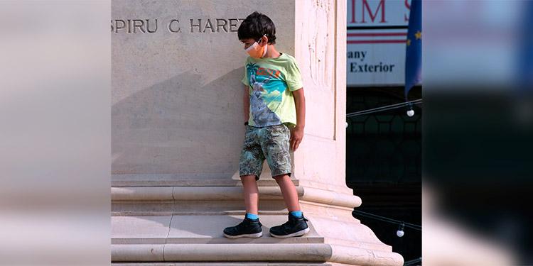 Los niños transmiten poco la COVID-19 en la escuela, según un estudio