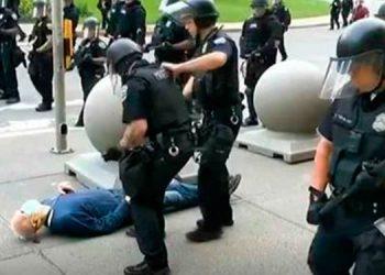 Policía empuja a un anciano en EEUU y le rompe la cabeza (Video)