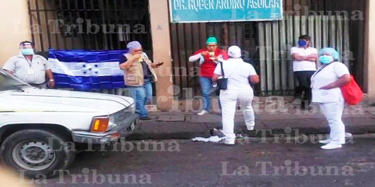 Empleados de centro de salud de El Chile exigen entrega de resultados de pruebas COVID-19