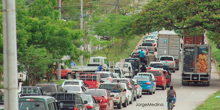 Transportistas bloquean principales calles de SPS