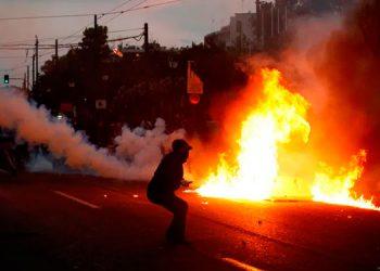 Atacan con bombas molotov embajada de Estados Unidos en Grecia