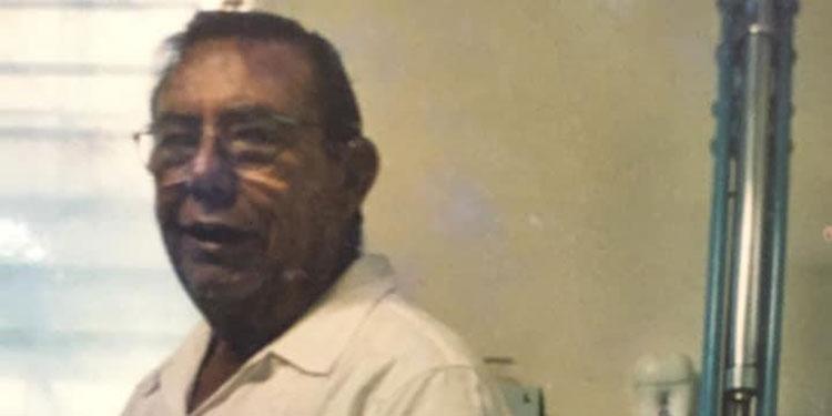"""PUERTO CORTÉS. El exalcalde y exdiputado, Rolando Orellana Cruz, falleció ayer tras sufrir una larga enfermedad que lo mantuvo confinado por más de una década alejado incluso de sus familiares y amistades.  De profesión odontólogo, Orellana Cruz, llegó a este puerto a finales de la década de los 60 instalando su clínica en el barrio Campo Rojo y emprendiendo varios negocios familiares.  El doctor Orellana incursionó en política por la vía del PINU en donde logró después de varios intentos convertirse en diputado propietario al Congreso Nacional por el departamento de Cortés.  Estando de diputado fue atraído por el expresidente Rafael Leonardo Callejas y en un acto público renunció al PINU y se adhirió en el parque central al Partido Nacional que meses más tarde lo designó como alcalde de la ciudad tras la destitución de Rolando Méndez Castellón.  Pero Orellana Cruz no duró mucho en el cargo porque la corporación municipal que presidió decidió en una Semana Santa el cobro de un lempira como """"peaje"""" a los vehículos que ingresaron en ese período lo cual le valió una demanda por abuso de autoridad incoada por el abogado Edgardo Dumas Rodríguez por lo que fue defenestrado junto a todos sus compañeros edilicios.  El doctor Orellana tuvo el mérito de recibir en esta ciudad al único premio Nobel que ha visitado Puerto Cortés como lo fue el obispo anglicano Desmond Tutu de Sudáfrica que vino a una gira de buena voluntad a diferentes comunidades episcopales del Norte del país.  El exalcalde y exdiputado era oriundo de Gracias, Lempira, pero se realizó profesionalmente en esta ciudad donde también se convirtió en el primer odontólogo del hospital de área hace más de tres décadas."""