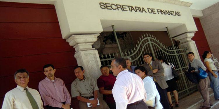 Proponen que gobierno reduzca 50% salarios a burócratas