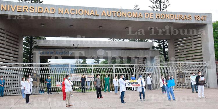 Unos 170 egresados de Medicina exigen sus títulos frente a la UNAH