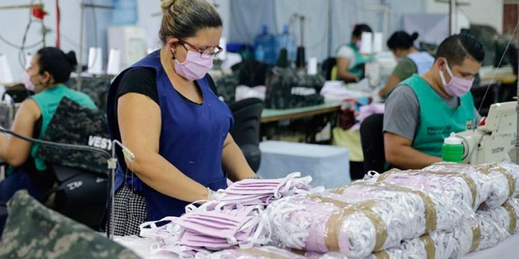 La orientación a producir la ropa, mascarillas, overoles y batas médicas para el mercado hondureño, genera decenas de empleos en diferentes ciudades.