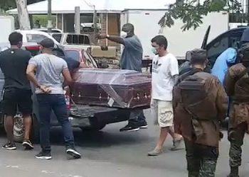 Familiares y amigos interceptaron a las autoridades con dos vehículos y les obstaculizaron el paso para llevarse el ataúd con los restos de Henry Stanley.