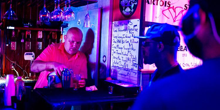 La ciencia respalda cerrar los bares para combatir el COVID-19