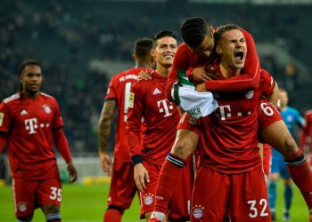 Bayern Munich's Player celebrate after the German first division Bundesliga football match Borussia Moenchengladbach vs FC Bayern Munich in Moenchengladbach, western Germany on March 2, 2019. (Photo by SASCHA SCHUERMANN / AFP) / DFL REGULATIONS PROHIBIT ANY USE OF PHOTOGRAPHS AS IMAGE SEQUENCES AND/OR QUASI-VIDEO
