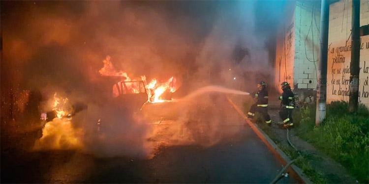 Desde las 4:00 de la mañana los elementos del Cuerpo de Bomberos estuvieron combatiendo los dos incendios simultáneos, supuestamente provocados.