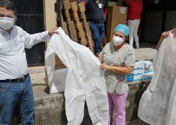 """Equipo y materiales de bioseguridad fueron donados al personal del hospital de Choluteca y el centro de triaje """"La Colmena""""."""