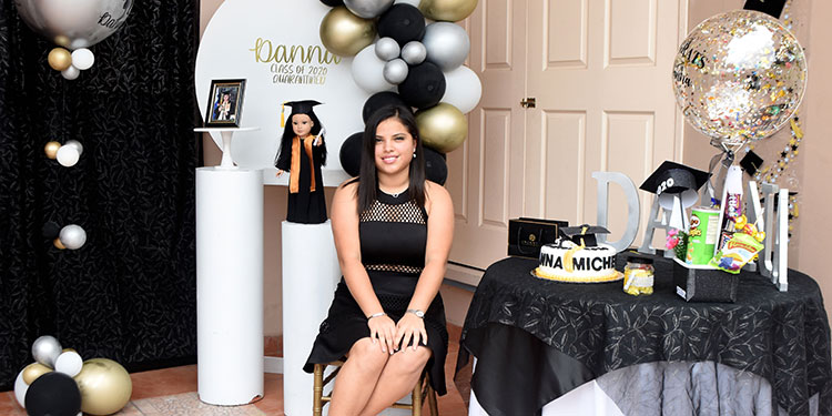Danna Michelle Gallegos festeja su graduación junto a su familia