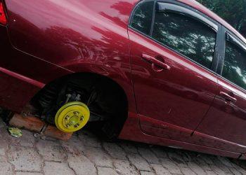 """Varios automóviles amanecieron hoy """"desbancados"""" en estacionamientos de la colonia Hato de Enmedio, sector oriental de la capital."""