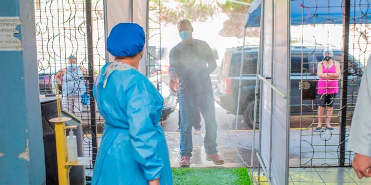 Donan túnel sanitizante al centro de salud de Villa Adela