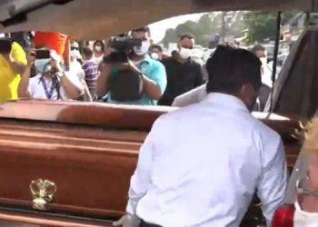 Cerca de las 4:30 de la tarde el féretro salió de la funeraria y la sepultura se desarrolló pasadas las 8:00 de la noche, luego del extenso recorrido por La Ceiba.