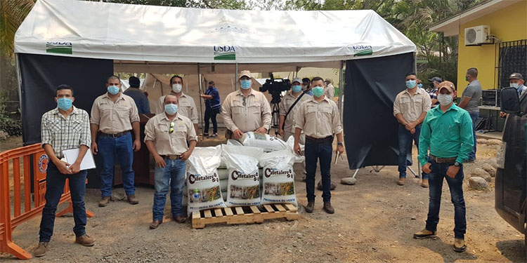 Sacos de fertilizante donan a cooperativas