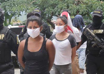 """Autoridades indicaron que las pandilleras apodadas """"La Flaca"""" y """"La Negra"""" y los menores se dedicaban a extorsionar comerciantes y transportistas."""