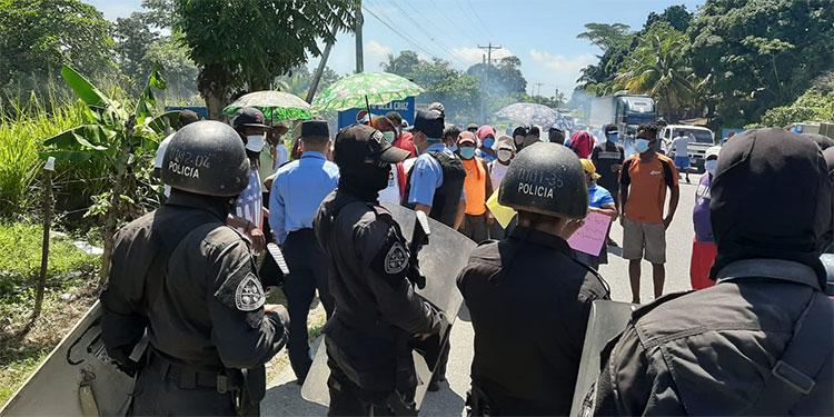 Policía herido y manifestantes lesionados en desalojo de garífunas