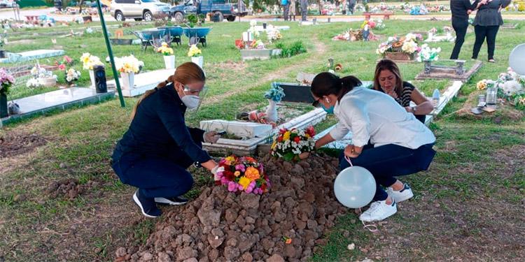 Familiares y amigos tributaron el último adiós al comunicador social David Romero Ellner, incluyendo su esposa, la periodista Lidieth Díaz.