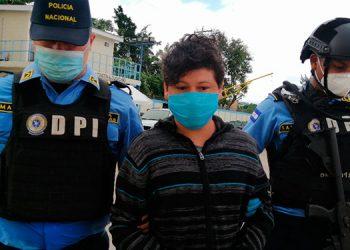 Junto a las evidencias del crimen, el detenido fue puesto a disposición de las autoridades judiciales, para que se continúe con el debido proceso legal.
