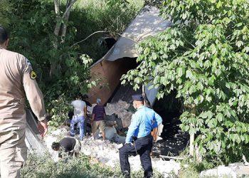 Cuando intentaban rescatar al motorista lamentablemente se estableció que había muerto, debido a los fuertes golpes sufridos durante el volcamiento.