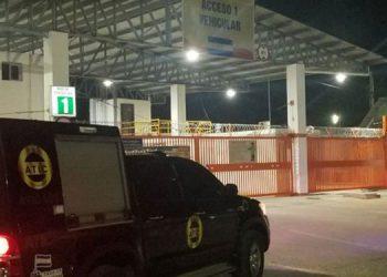 Desde el viernes que arribó el barco con ambos hospitales el MP ha permanecido en el lugar para poder inspeccionar los 78 contenedores.
