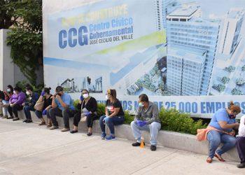 Cientos de capitalinos llegaron al nuevo centro de triaje del Centro Cívico, en busca de tratamiento o una prueba rápida para detectar COVID-19.