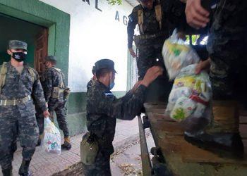A pobladores de 19 comunidades rurales llevaron los contingentes militares la tercera entrega de alimentos debido a la cuarentena.