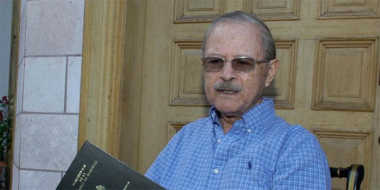 Con 82 años, el abogado Nicolás Cruz Torres, con la carta magna redactada por la Constituyente de 1980 en las manos, atendió a LA TRIBUNA en su casa, en Tegucigalpa. (Foto Amalia Rivera)