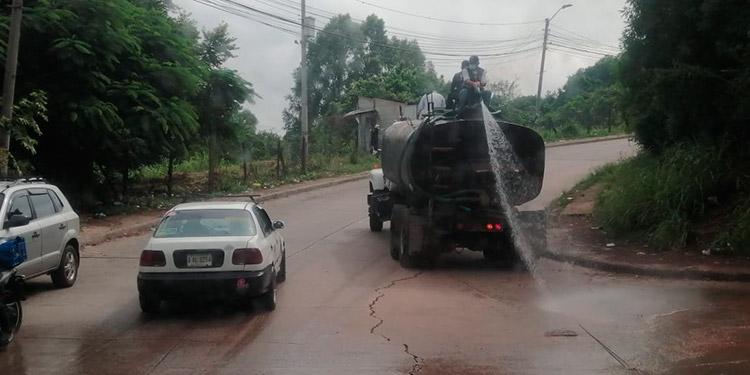 Alcaldía desinfecta calles de la Miraflores Para prevenir la propagación del COVID-19