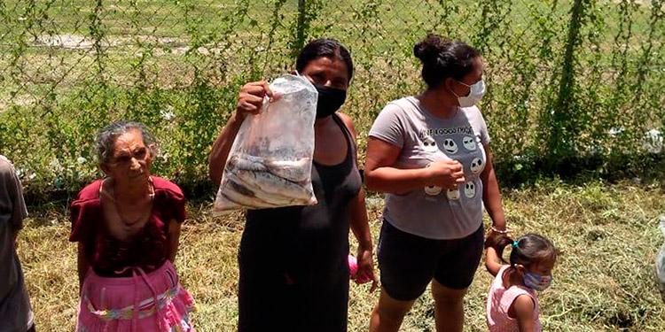 Alcaldía y empresa camaronera regalan mariscos a familias pobres