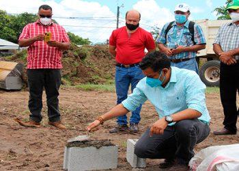 El alcalde Juan Carlos Morales colocó la primera piedra y participaron la vicealcaldesa, Alba Chávez; el enlace técnico, Jesús Mejía; la junta directiva e invitados.