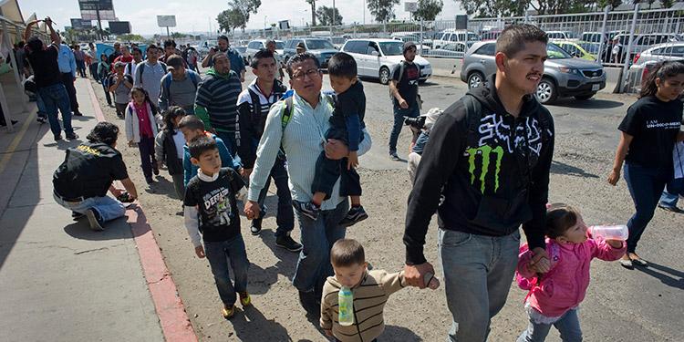 """Juez bloquea regla de """"tercer país"""" para quienes piden asilo"""