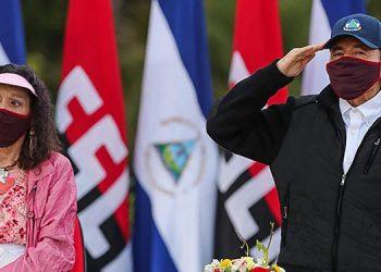 Ortega reaparece en público con mascarilla