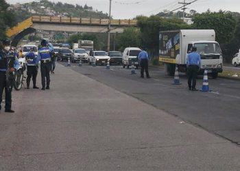 Operativos y retenes ejecutan los agentes policiales con el fin de evitar que conductores circulen masivamente sin permiso.