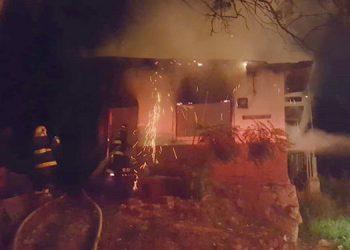 Cuando los bomberos llegaron a la zona el fuego ya había consumido en un 100 por ciento el inmueble.