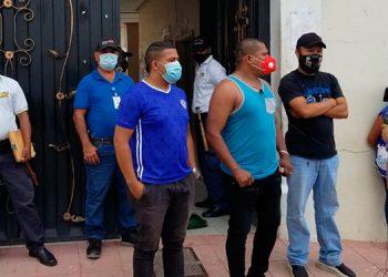 Vendedores ambulantes y pequeños comerciantes coparon los accesos al palacio municipal de Danlí, El Paraíso.