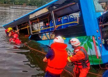 Cae autobús de estudiantes a un embalse en China; hay al menos 21 muertos (Video)